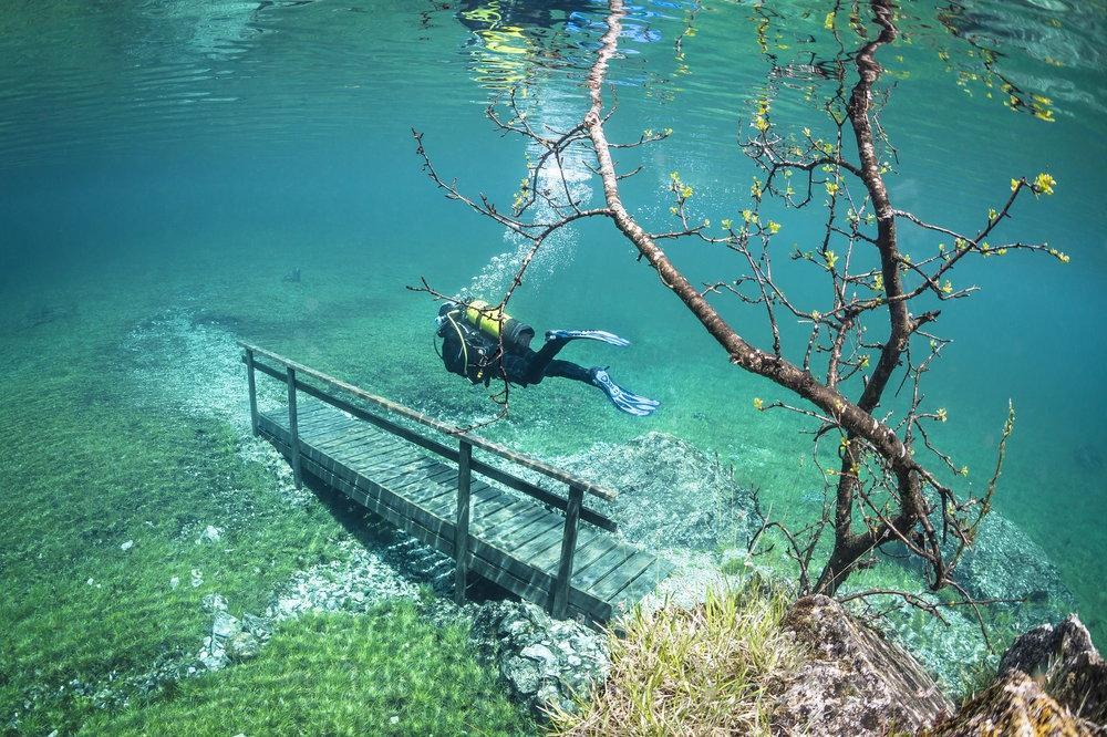 Le lac vert autrichien sous les eaux