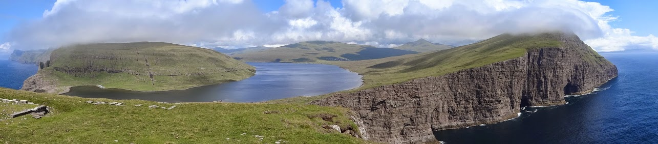 Vue panoramique sur le lac Sørvágsvatn de l'île de Vágar  Photo : Bartal Højgaard
