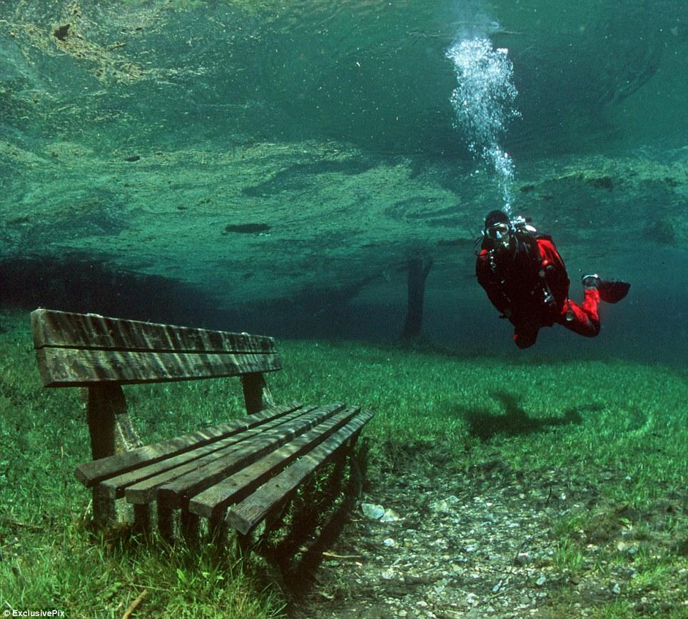 Le vert émeraude de l'eau de ce lac éphémère lui a donné son nom de Lac Vert