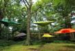 Camper dans les arbres avec la tente suspendue